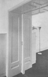 Flat Watteaustraat, verlaging van de suitedeuren met lamp in de zitkamer