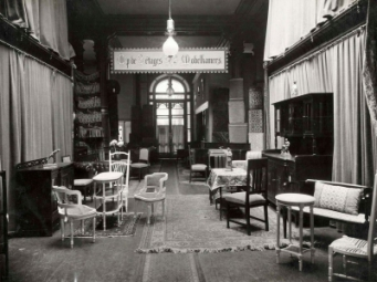 Interieur van meubelzaak 't Woonhuys met diverse geëtaleerde zithoeken